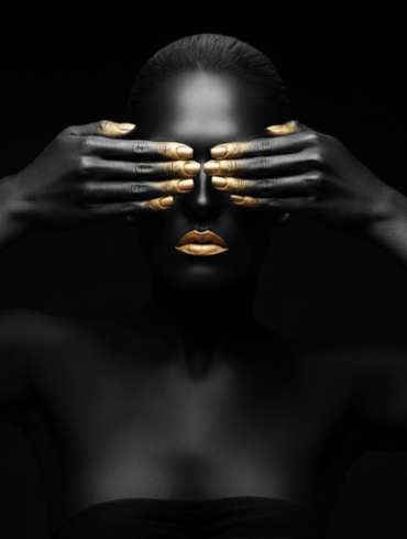 MODEL WITH GOLD FINGERS